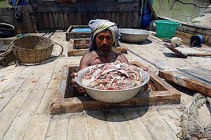 Ein-Fischer-zeigt-seinen-Fang
