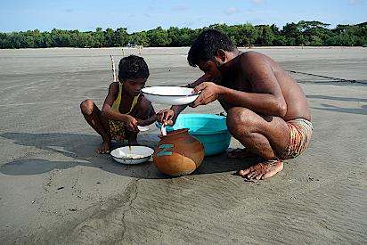 Vater-und-Sohn-sortieren-Fischbabys
