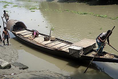 Ein-Boot-der-Otterfischer-wird-klar-gemacht