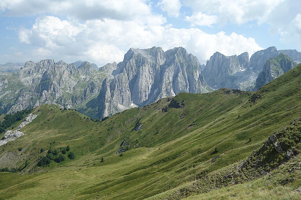 Aussichten-vom-Kammweg-auf-die-Berge-im-Prokletije-Nationalpark-in-Montenegro