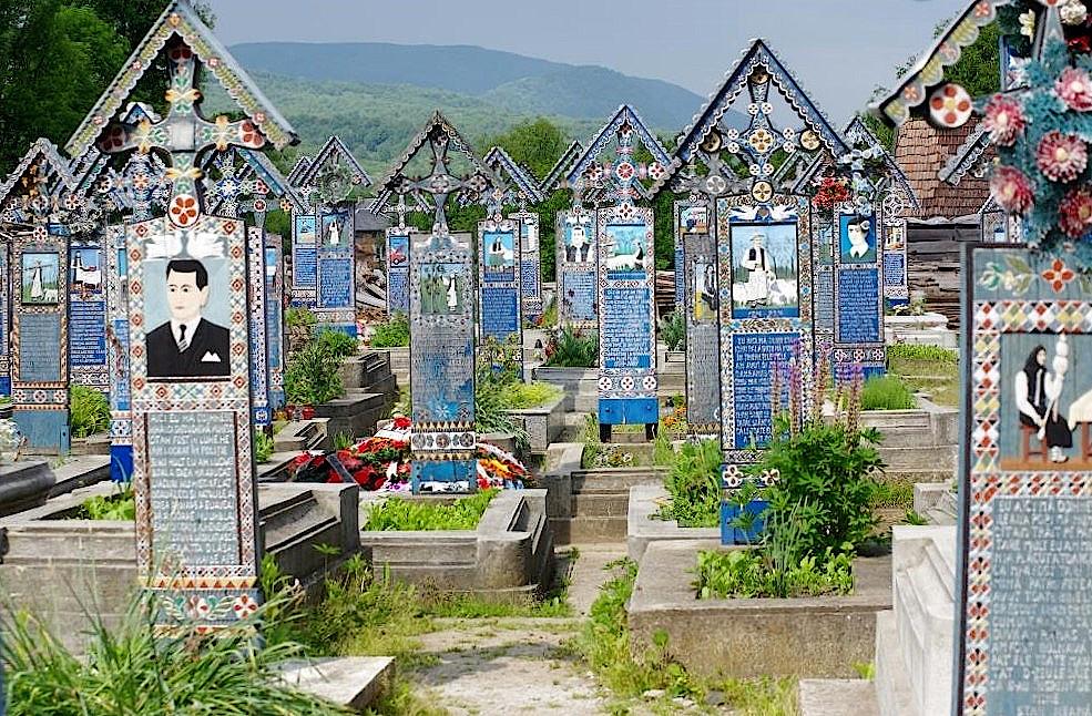 Froehlicher-Friedhof-Sapanta-Bukowina