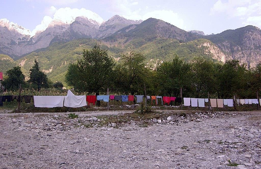 Trocknende-Waesche-vor-Bergkulisse-im-Tal-von-Theth-in-Albanien