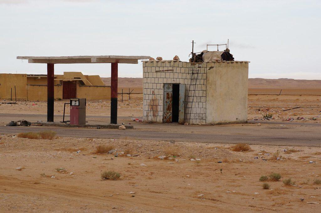 Tankstelle-in-der-Wueste-im-Jemen