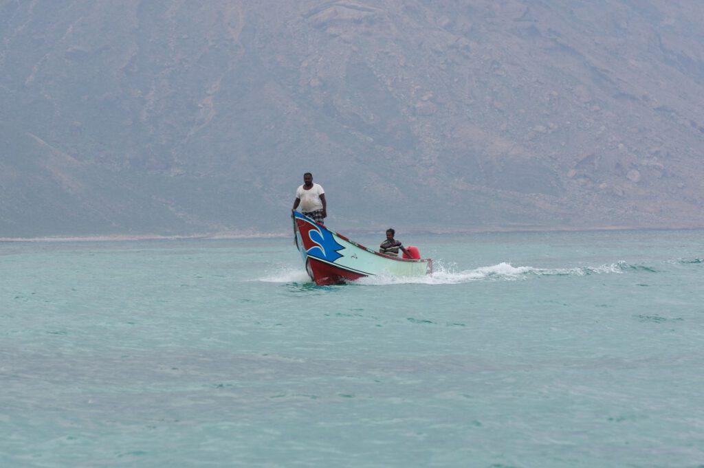 Ein Fischerboot kehrt zurück