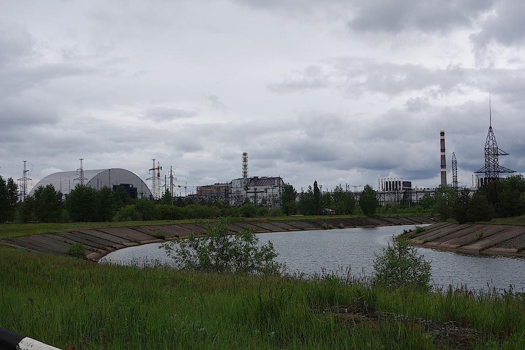 Sarkophag-und-Reaktor-4-in-Tschernobyl