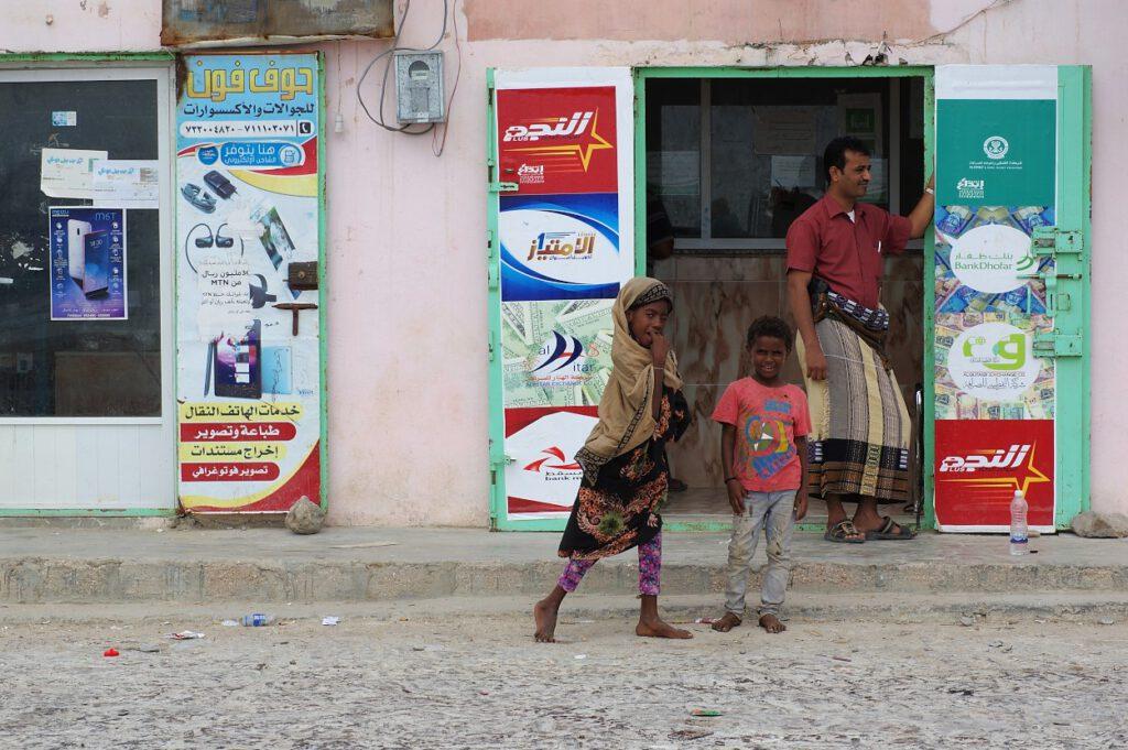 Kinder-vor-einem-Dorfladen-im-Jemen
