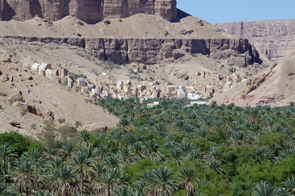 Dorf-zwischen-Grün-und-Felsen