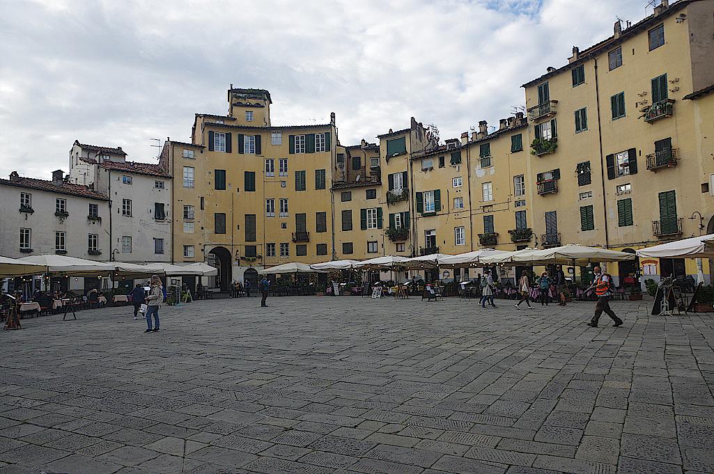 Amphitheaterplatz-in-Lucca-in-der-Toskana