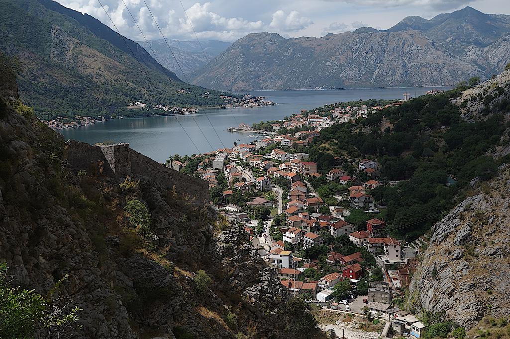 Bucht-von-Kotor-und-Stadtmauer