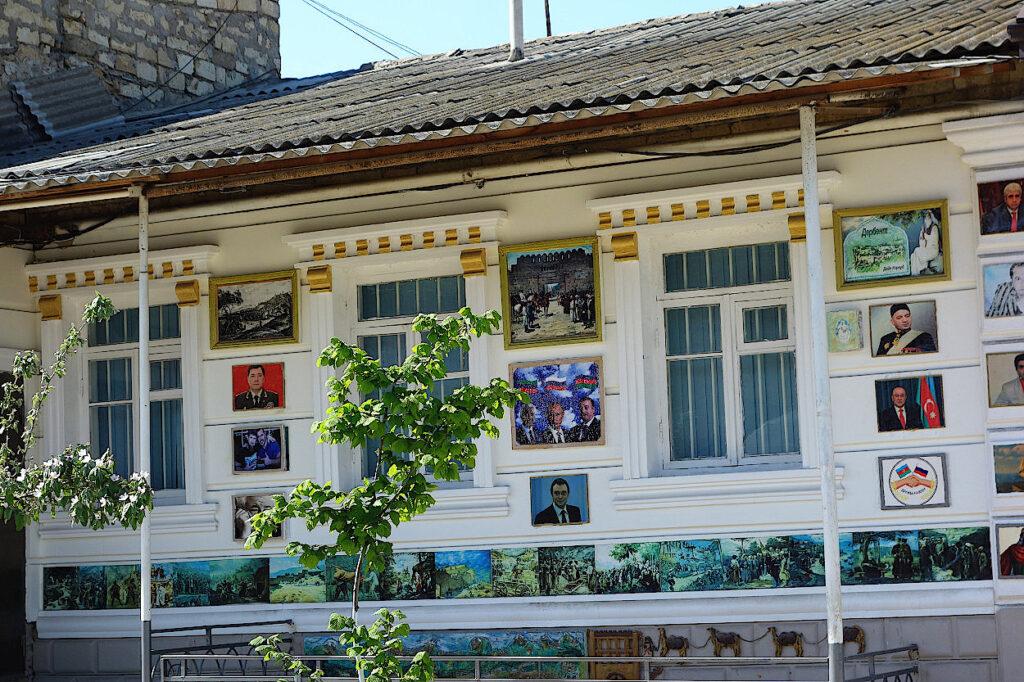 Wohnhaus-mit-Putin-Verehrungen-an-der-Fassade
