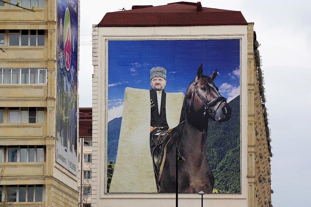Fassadengestaltung-mit-Bild-von-Achmat-Kadyrow-Grosny-Tschetschenien