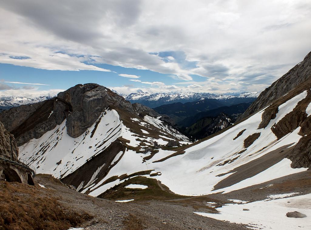 Wandern-durch-Schneefelder-am-Pilatus