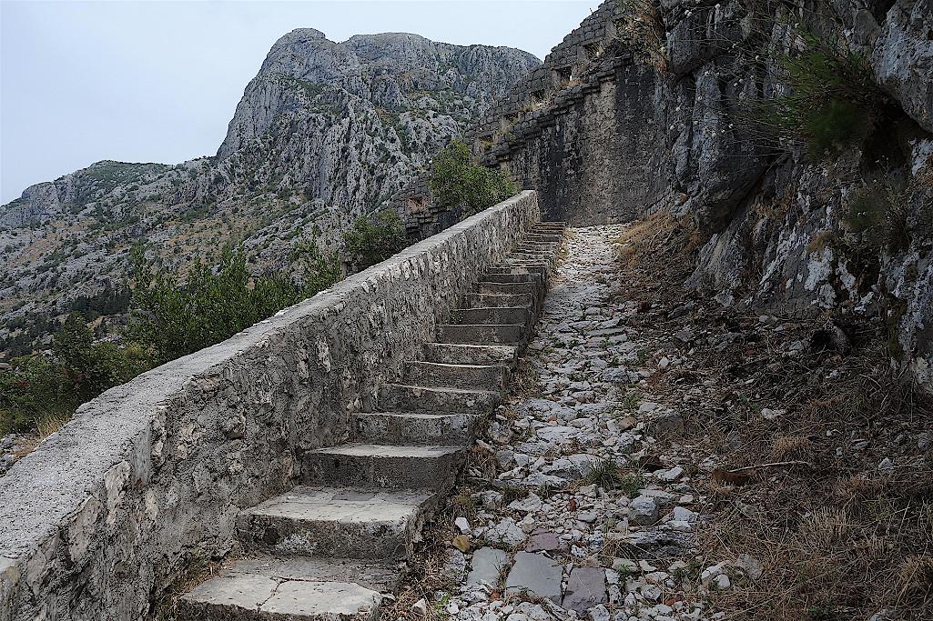 Stufen-an-der-Stadtmauer-Kotor