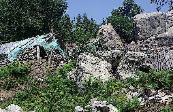 Sommerhuette-aus-Baumstaemmen-im-Tal-von-Theth-in-Albanien