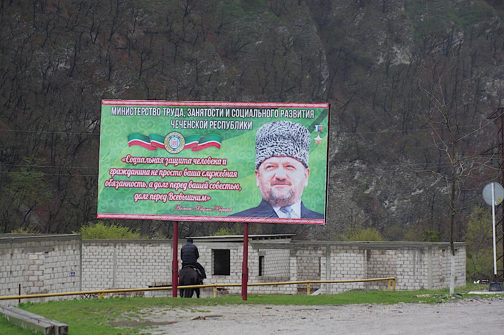Plakate-mit-dem-Portrait-von-Kadyrow-stehen-ueberall-im-Land