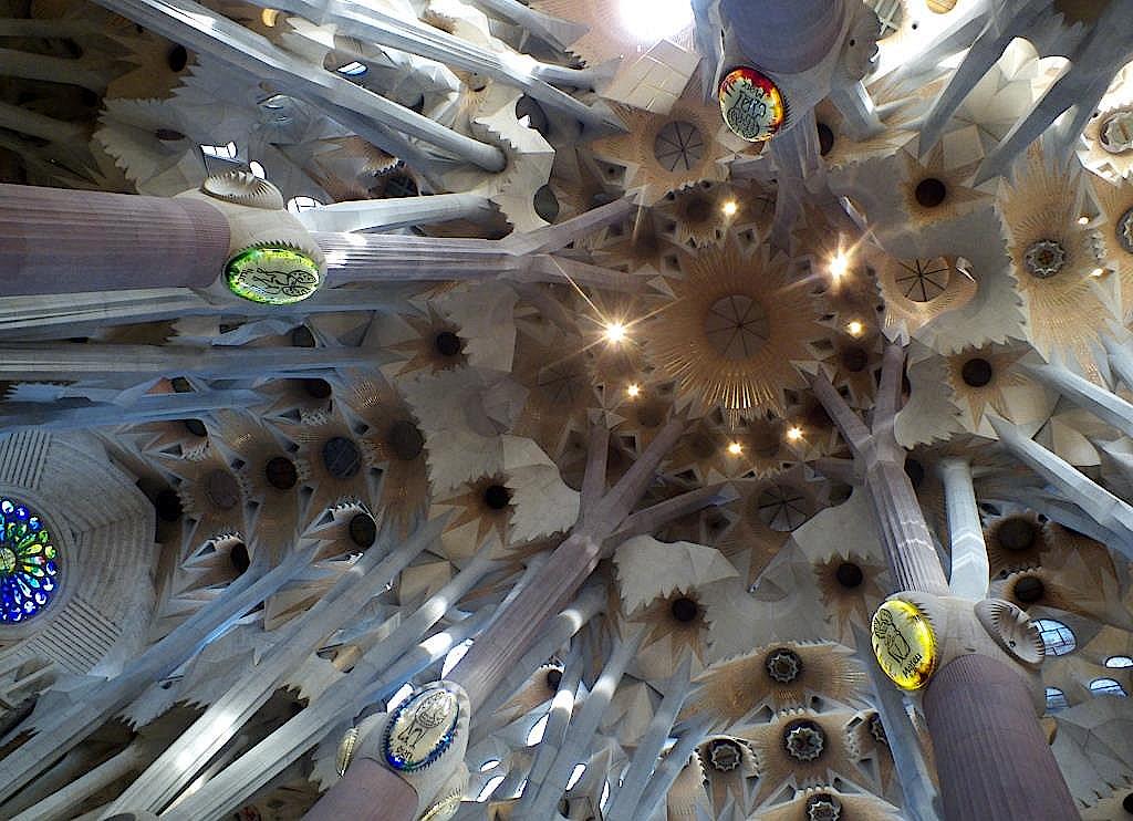 Blick-nach-oben-in-der-Sagrada-Familia