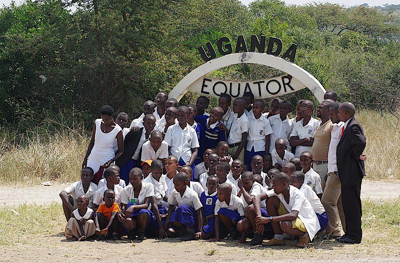 Schulklasse-am-Aequator-Uganda