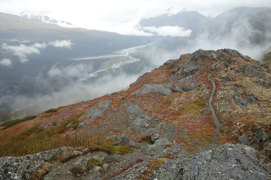 Farbige Bergwelt im Nebel