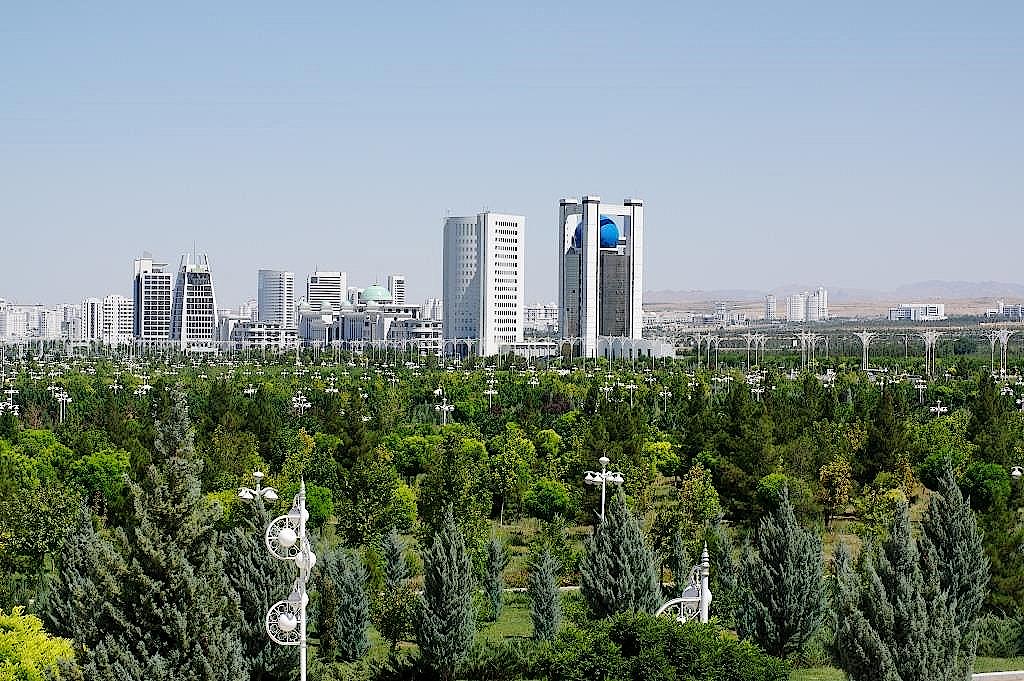 Blick über einen Park zum Außenministerium