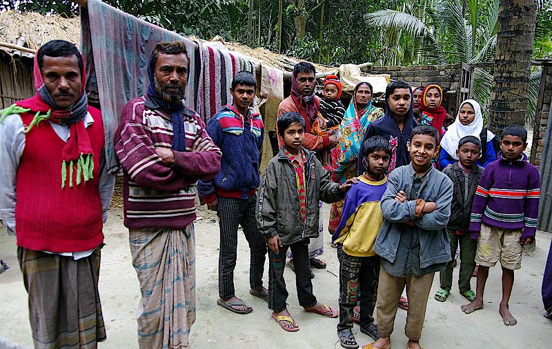 Im Hof haben sich die Dorfbewohner versammelt