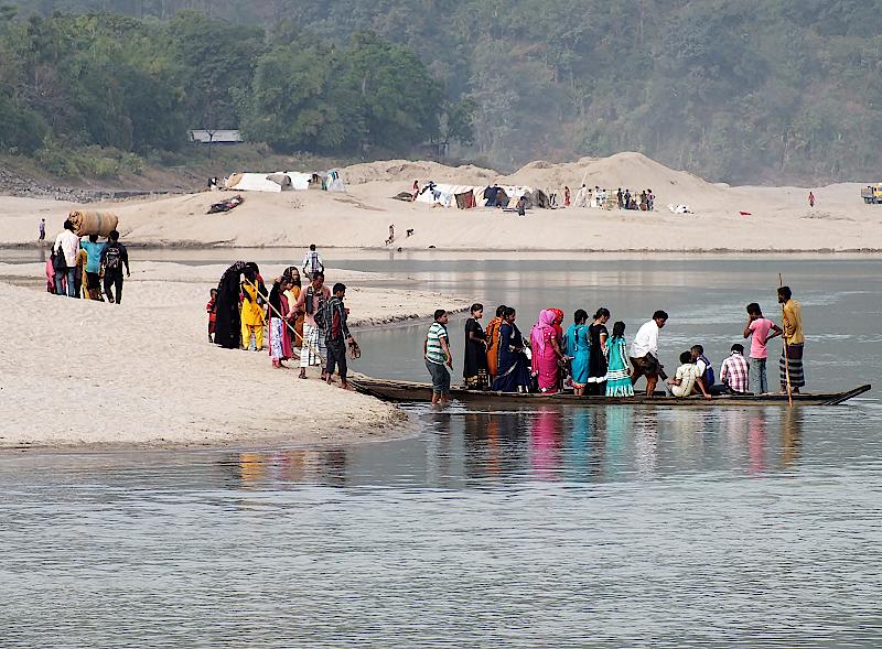 Boote bringen die Menschen von Sandinsel zu Sandinsel