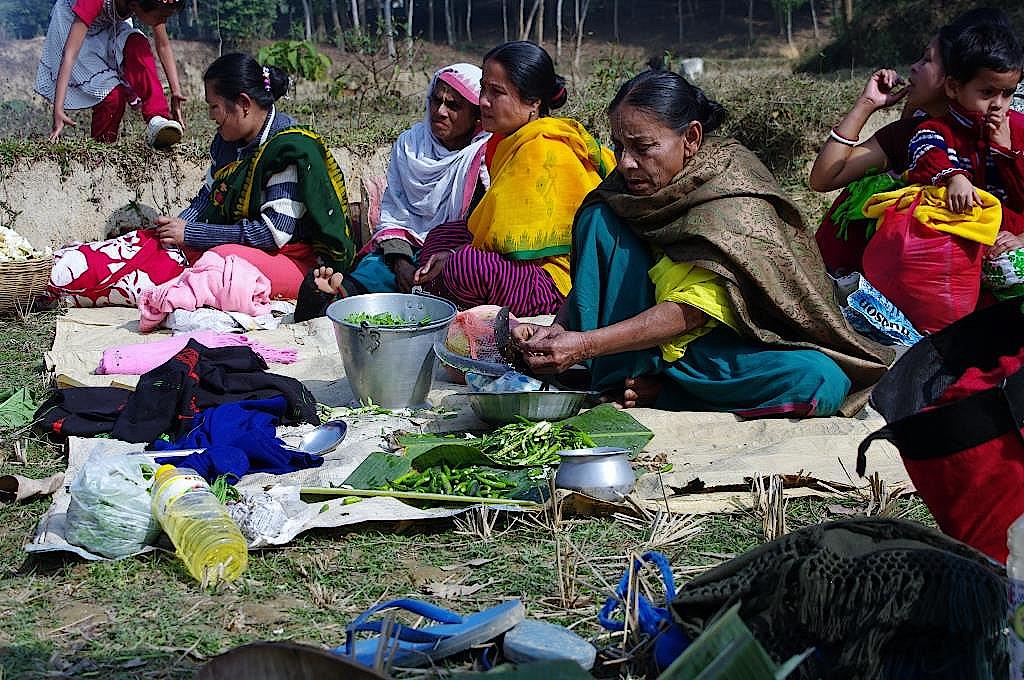 Teepflueckerinnen-beim-Picknick-in-Bangladesch
