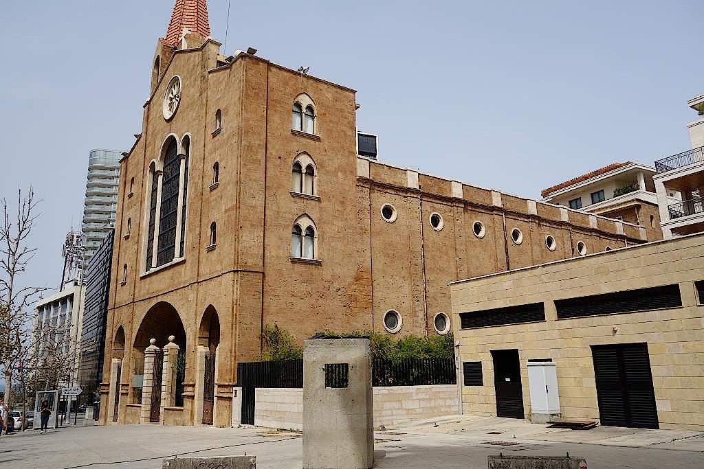 Wachposten vor einer Kirche