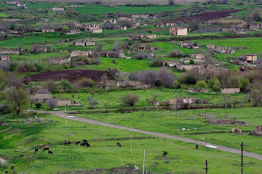 Häuserruinen erinnern an den Konflikt mit Aserbaidshan