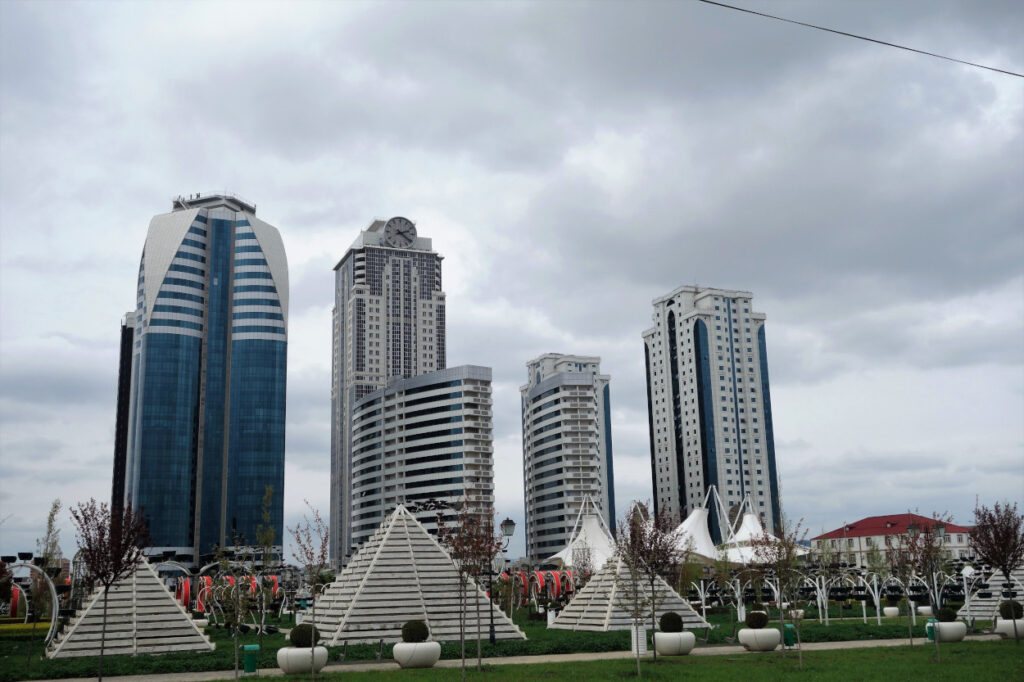 Blumenpark-und-dahinter-Grosny-City