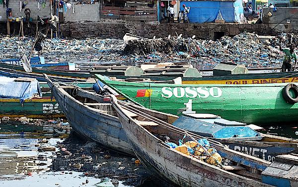 Fischerboote-im-Hafen-von-Conakry-in-Guinea