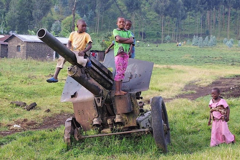 Kinder spielen auf altem Kriegsgerät