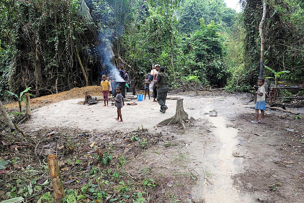 Herstellung von Palmöl mit handgetriebener Mühle im Kongo