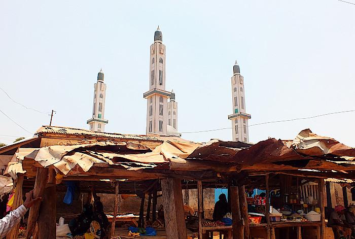 Markt-und-Moschee-in-Dalaba-Guinea