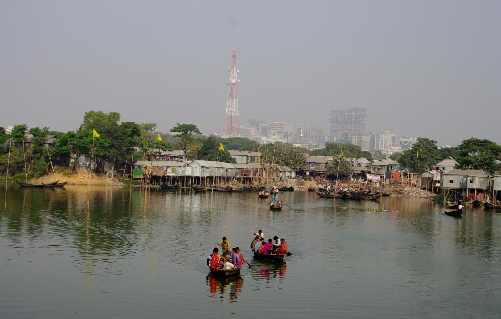 Mit dem Boot in einen Slum