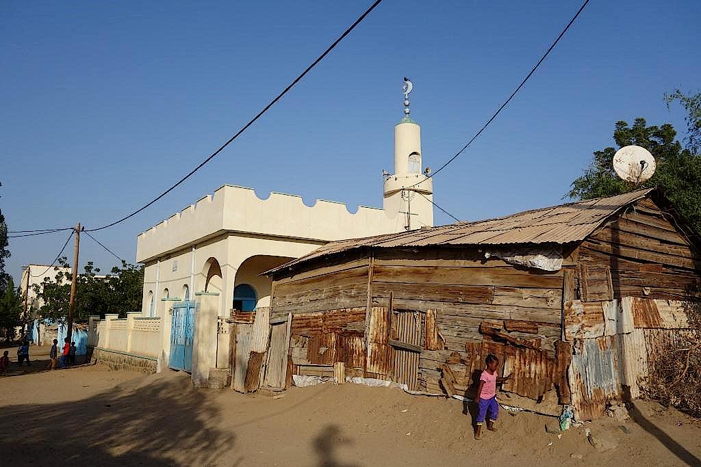 Moschee und Hütte