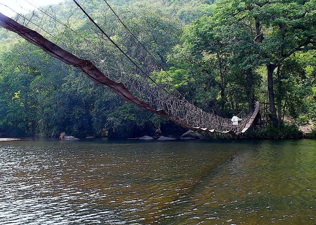 Hängebrücke über einen Fluss im Fjouta Dalon