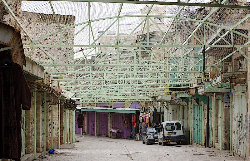 Stabile grüne Netze spannen sich über die Gassen in Hebron