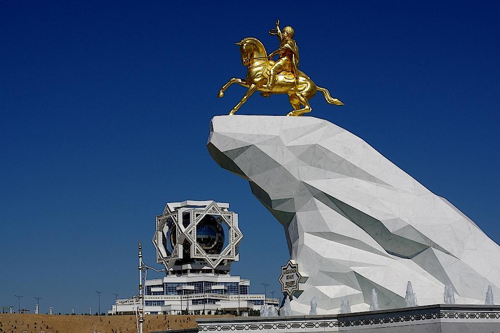 Denkmal für Turkmenbaschi mit Hochzeitspalast im Hintergrund