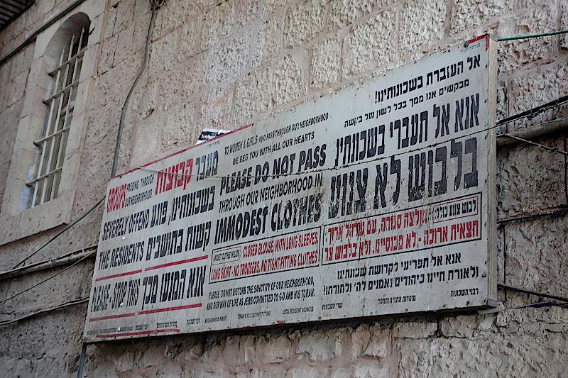 Hinweistafel für Besucher im Viertel der Orthodoxen