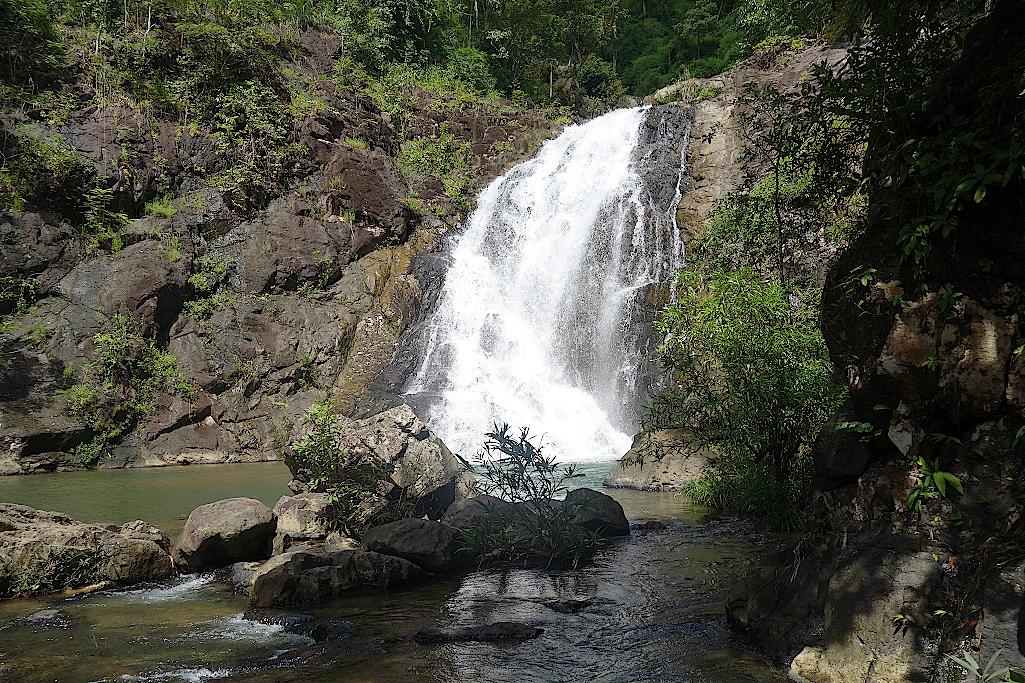 Kambodscha-Dschngel-Wasserfall-mit-Pool