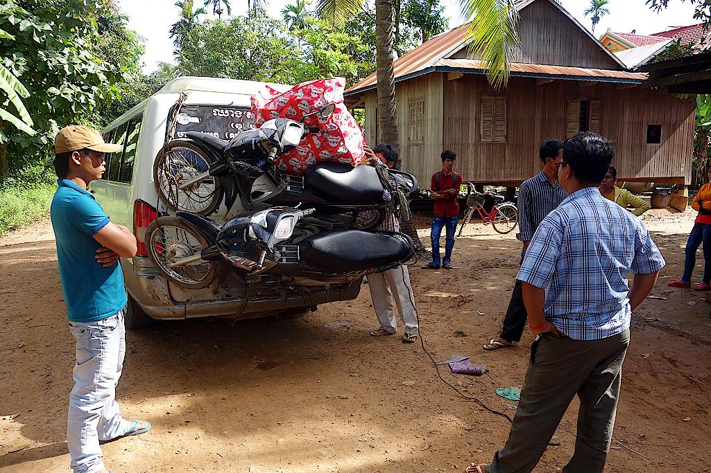 An der Heckklappe werden zwei Motorräder festgezurrt