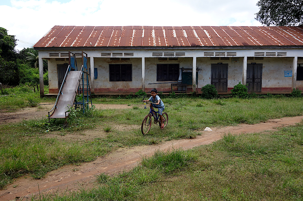 Schulgebäude in einem Dorf