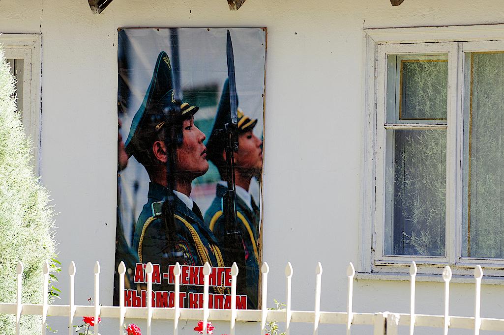 Propagandaplakat-in-Kazarman