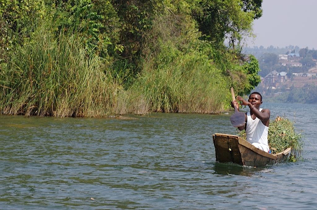 Ein Händler in seinem Boot auf dem Kivisee in Ruanda
