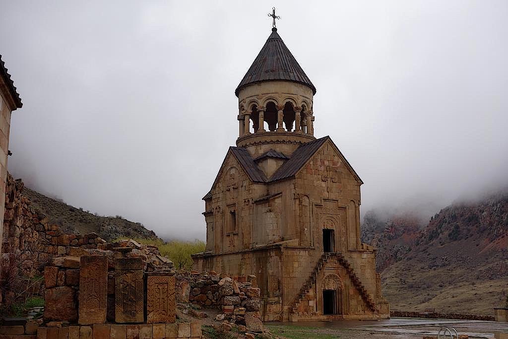 Täuferkirche mit trapezförmig in die Fassade eingelassenen Stufen