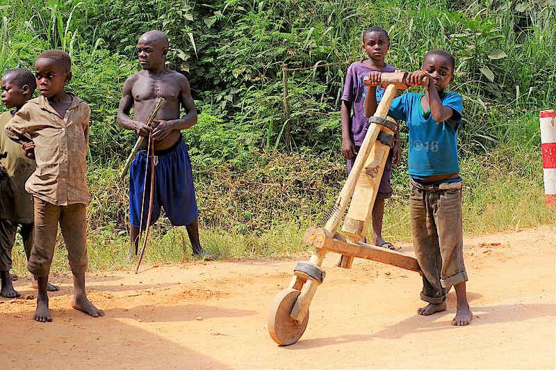Kongo-Pygmaeen-mit-Latenrad