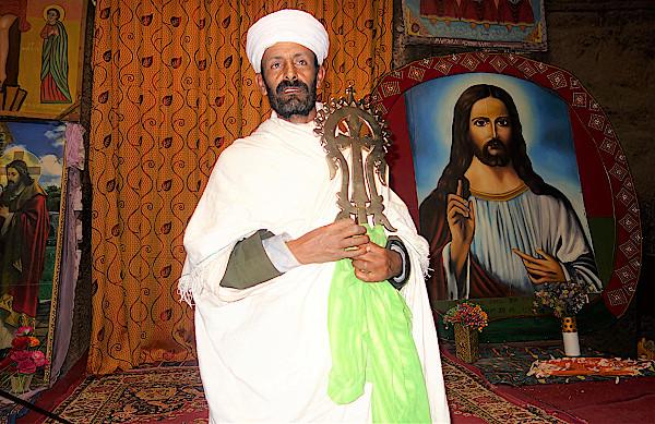 Priester-mit-Lalibela-Kreuz