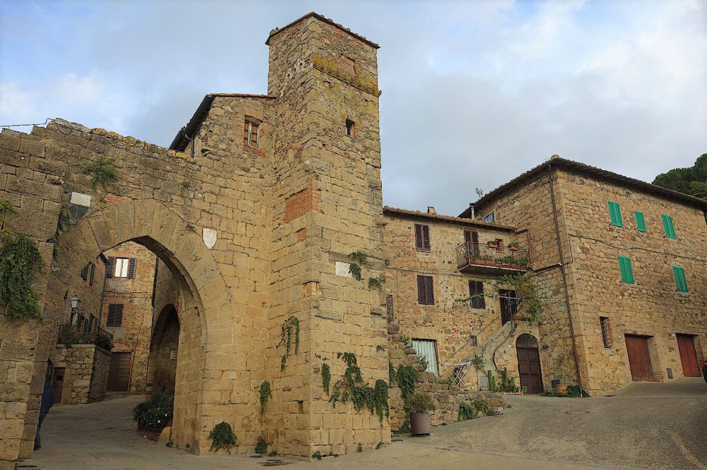 Stadtmauer-von-Monticchiello-in-der-Toskana