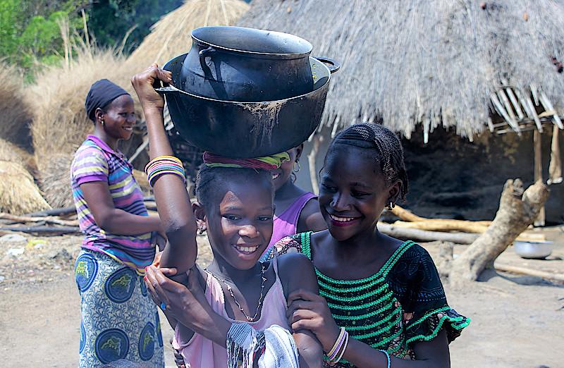 Die Mädchenkümmern sich um den Abwasch