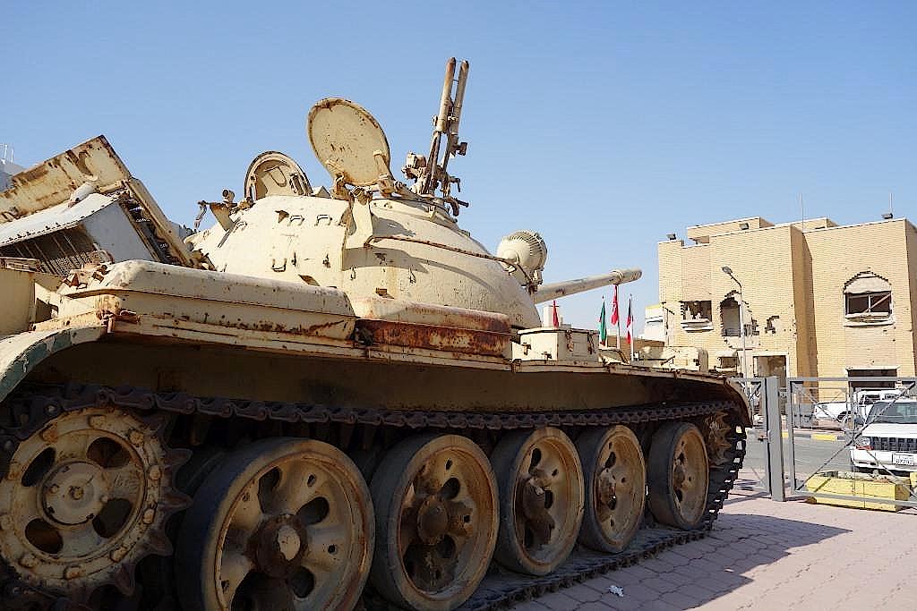Ein Panzer richtet sein Rohr auf das Haus